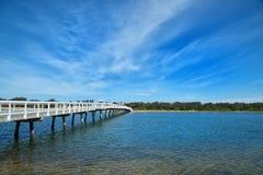 Pont à l'entrée de lac dans l'Australie Image stock