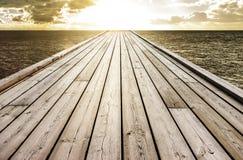 Pont à l'horizon au lever de soleil images libres de droits