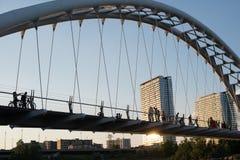 Pont à Toronto, Canada avec des personnes tout en marchant et faisant du vélo images libres de droits