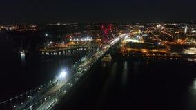 Pont à travers la rivière dans le grand centre ville moderne de ville de Philadelphie dans l'illumination de lumière de nuit en s banque de vidéos
