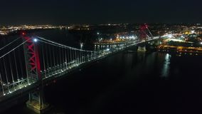 Pont à travers la rivière dans le grand centre ville moderne de ville de Philadelphie dans l'illumination de lumière de nuit dans banque de vidéos