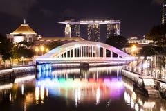 Pont à travers la rivière de Singapour Photos libres de droits
