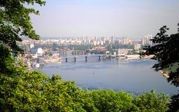 Pont à travers la rivière Dnieper Images libres de droits