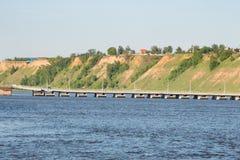 Pont à travers la rivière large et la haute banque photographie stock libre de droits