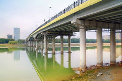 Pont à travers la rivière Ural Photographie stock libre de droits