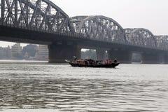 Pont à travers la rivière, Vivekananda Setu dans Kolkata photographie stock libre de droits