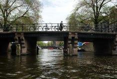 Pont à travers le canal à Amsterdam Images libres de droits