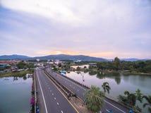 Pont à travers le lac Suan Luang Images stock