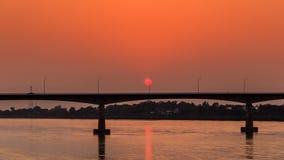 Pont à travers le Mekong au coucher du soleil Br d'amitié du Thaïlandais-Laotien Images libres de droits