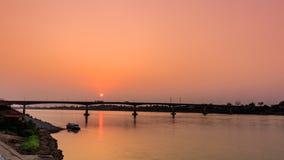 Pont à travers le Mekong au coucher du soleil Br d'amitié du Thaïlandais-Laotien Photos libres de droits
