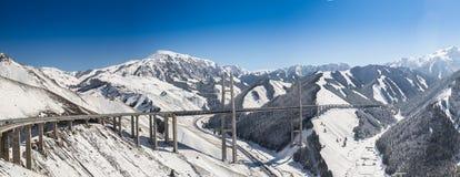 Pont énorme et beau en route en montagnes Photographie stock libre de droits