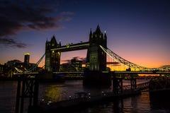 Pont étonnant de tour dans le temps de coucher du soleil Image stock