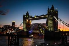 Pont étonnant de tour dans le temps de coucher du soleil Photos libres de droits