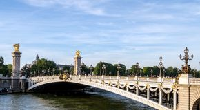 Pont Александр III на Реке Сена - Париже Франции стоковые изображения