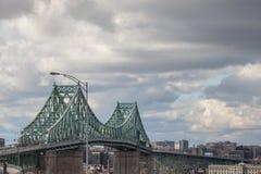 在朗基尔采取的Pont雅克・卡蒂埃桥梁朝蒙特利尔的方向,在魁北克,加拿大,在一个多云下午期间 免版税库存照片