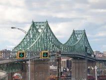 朝蒙特利尔的方向被采取的Pont雅克・卡蒂埃桥梁,在魁北克,圣劳伦斯河的加拿大, 免版税库存照片