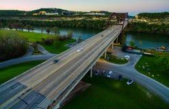 Pont aérien de Pennybacker au coucher du soleil avec des voitures montrant le mouvement de la longue exposition prise par le bour Images libres de droits
