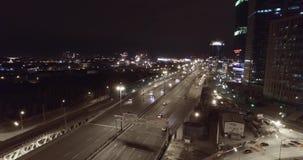 Pont aérien en route de nuit passant des voitures banque de vidéos