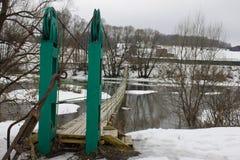 Pont accrochant au-dessus de la rivière Photos libres de droits