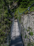Pont accrochant sur un canyon en Suisse Photo stock