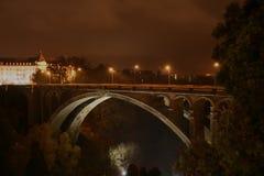Pont-Adolfo, Luxemburgo por noche Fotos de archivo libres de regalías