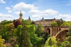 Pont Adolfo y caja de ahorros del estado en Luxemburgo Fotos de archivo