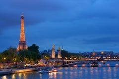 Pont Alejandro III y torre Eiffel en París Fotos de archivo