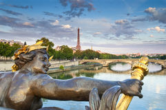 Pont Alejandro III y torre Eiffel, París Imagen de archivo libre de regalías