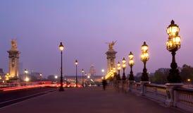 Pont alexandre iii bij schemer Stock Foto