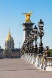 Pont Alexandre III bro- & hotelldes Invalides, Paris, Frankrike arkivfoton