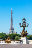Pont Alexandre III bro (lampstolpedetaljer) & Eiffeltorn, PA Royaltyfria Bilder