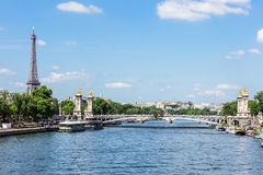 Pont Alexandre III bro med Eiffeltorn france paris royaltyfri fotografi