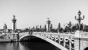Pont Alexandre III bro med hotelldes Invalides Paris franc arkivbilder