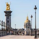 Pont Alexandre III bro med hotelldes Invalides Paris franc royaltyfri bild