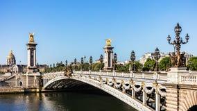 Pont Alexandre III bro med hotelldes Invalides Paris franc royaltyfri foto