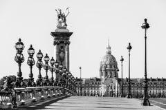 Pont Alexandre III bro med hotelldes Invalides Paris franc fotografering för bildbyråer