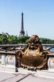 Pont Alexandre III brodetaljer och Eiffeltorn Paris Fra royaltyfria foton