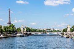 Pont Alexandre III Brug met de Toren van Eiffel Parijs, Frankrijk royalty-vrije stock fotografie