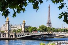 Pont Alexandre III Brug met de Toren van Eiffel Parijs, Frankrijk royalty-vrije stock afbeeldingen
