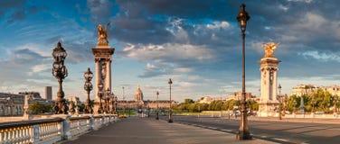 Pont Alexandre III & DES Invalides do hotel, Paris Fotografia de Stock