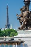 Pont Alexandre III (detalhes do cargo da lâmpada) e torre Eiffel, Paris F Fotografia de Stock