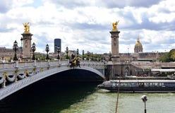 Pont Alexandre III, Les Invalides en Zegenrivier met toeristenboot Parijs, Frankrijk, 11 Augustus 2018 stock afbeeldingen