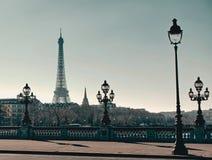 Pont Alexandre III mit Eiffelturm stockfoto