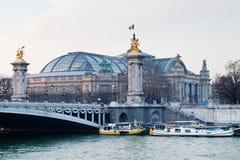 Pont Alexandre III och storslagna Palais, Paris Royaltyfri Foto