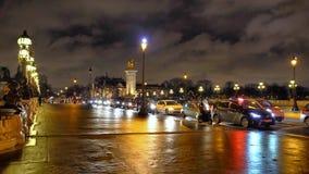 Pont Alexandre III på floden Seine i natten lager videofilmer