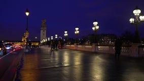 Pont Alexandre III på floden Seine i natten arkivfilmer