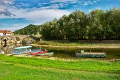 Pont antique au-dessus de rivière Crnojevic, lac Skadar, Monténégro images libres de droits