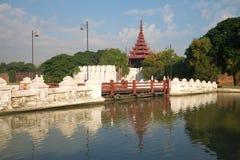 Pont antique menant à la porte de la vieille ville Mandalay, Myanmar Photographie stock