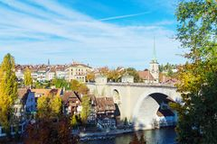 Pont au-dessus d'église d'Aare et de Nydegg, Berne, Suisse Photographie stock