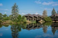 Pont au-dessus d'étang calme Photographie stock